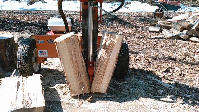 Wood splitting at a wood chip machine3