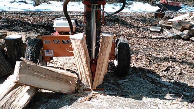 Wood splitting at a wood chip machine4